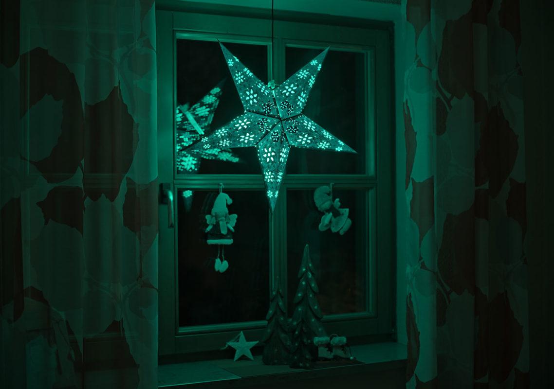 Weihnachtsstern Anubis (60cm) beleuchtet in grün bei Nacht