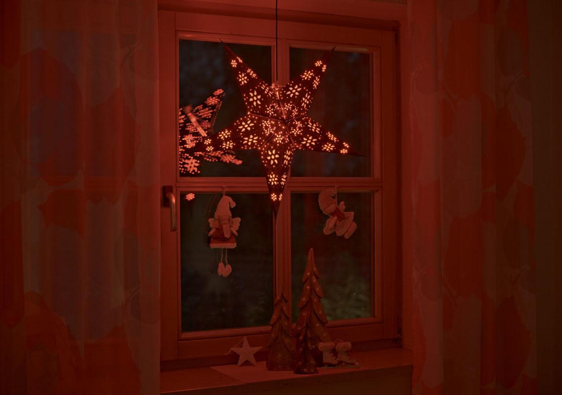 Weihnachtsstern Anubis (60cm) beleuchtet in rot bei Nacht