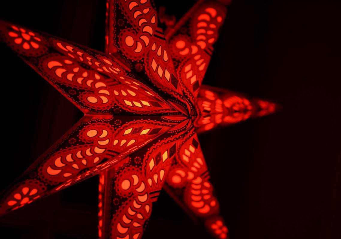 Weihnachtsstern Menora violett (60cm) beleuchtet in rot bei Nacht