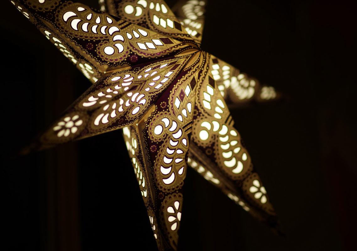 Weihnachtsstern Menora violett (60cm) beleuchtet in weiss bei Nacht
